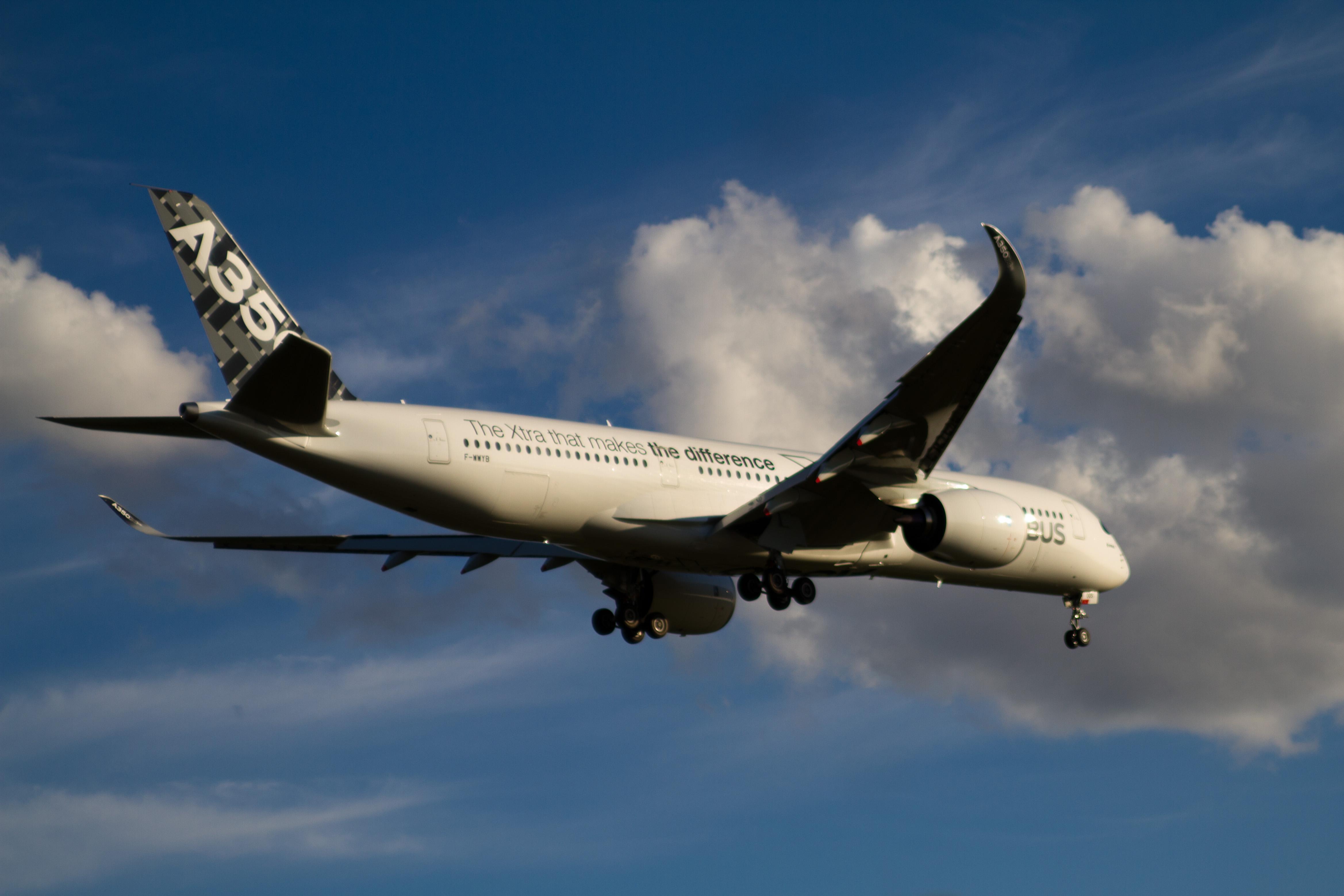 Airbus_A-350_XWB_F-WWYB_02